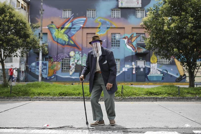 Богота, Колумбия. Мужчина в самодельной пластиковой маске