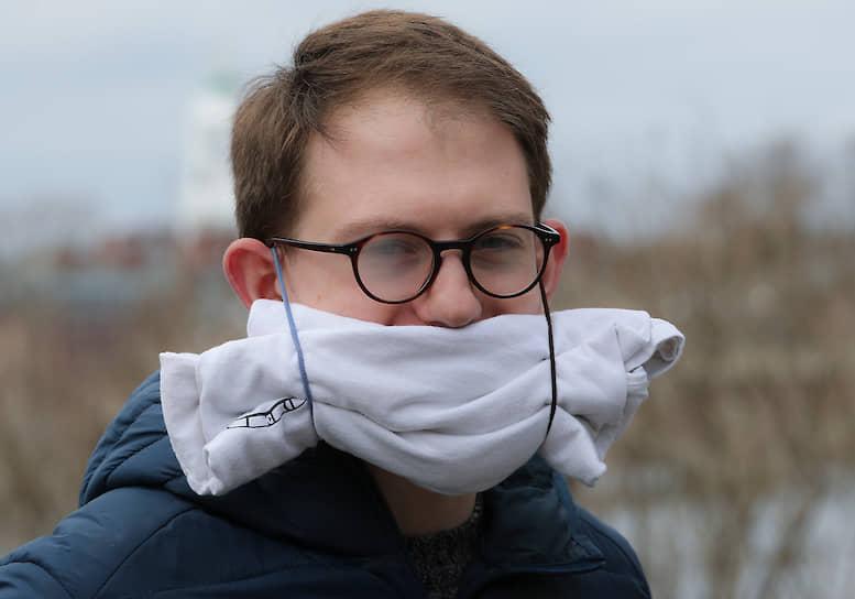 Кембридж, США. Молодой человек в маске из свернутой футболки своей подружки