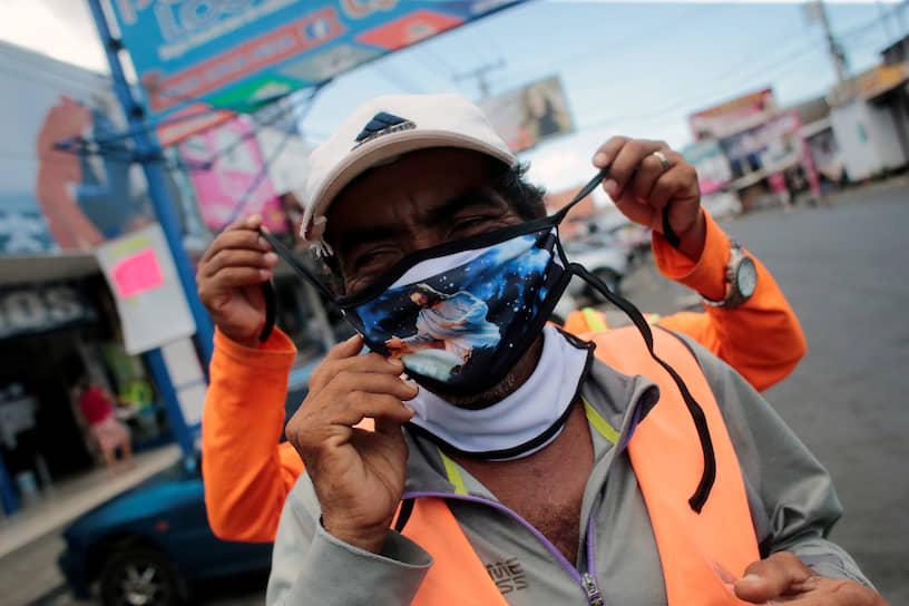 Манагуа, Никарагуа. Мужчина в маске с изображением Иисуса Христа