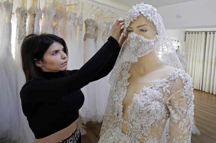 Маджаль-Шамс, Израиль. Свадебное платье с защитной маской от дизайнера Лодны Сафади