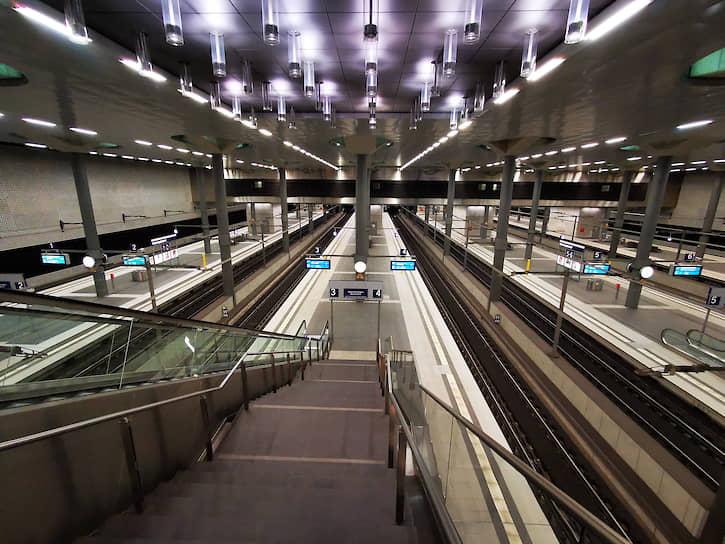 Один из крупнейших вокзалов Европы — Центральный вокзал Берлина также пустует из-за пандемии. Страна входит в пятерку по количеству заболевших коронавирусом в мире