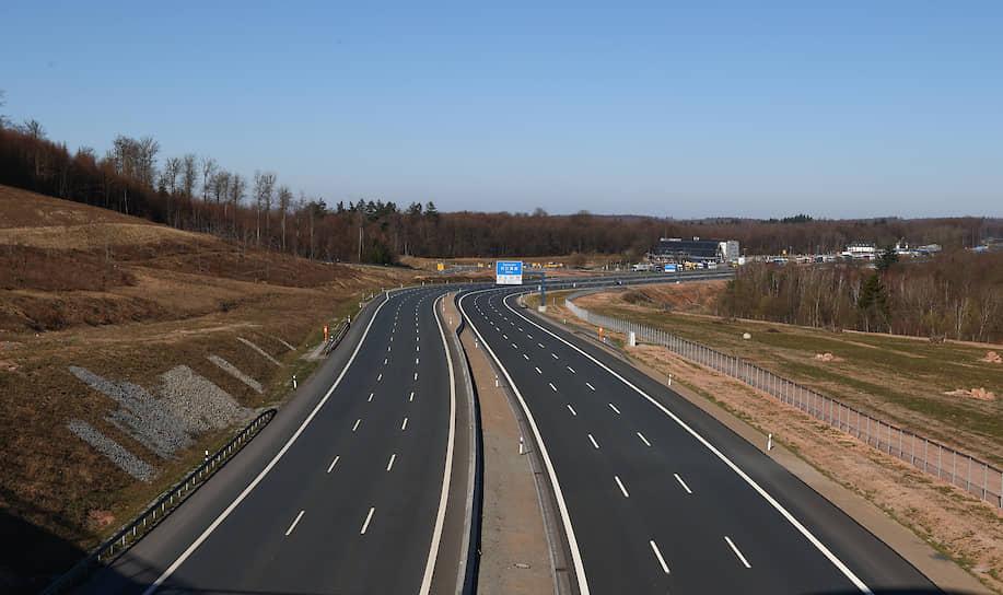 Пустое шоссе A3 вблизи немецкого Вюрцбурга