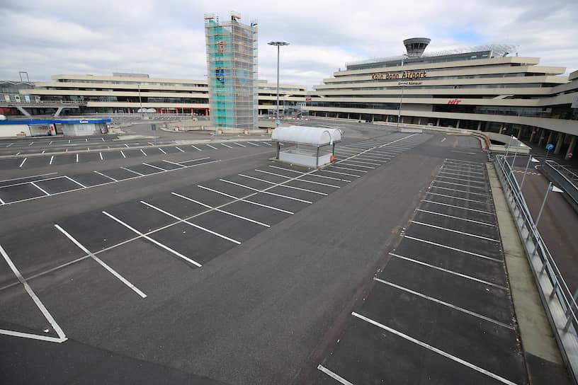 Пустая автостоянка в немецком аэропорту Кельн-Бонн. Аэропорт занимает второе место в списке самых загруженных аэропортов Германии по показателю тоннажа грузовых авиаперевозок. Ежегодно он обслуживает около 12 млн человек