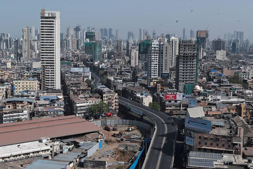 Пустую дорога во время 14-часового комендантского часа в Мумбаи (Индия)