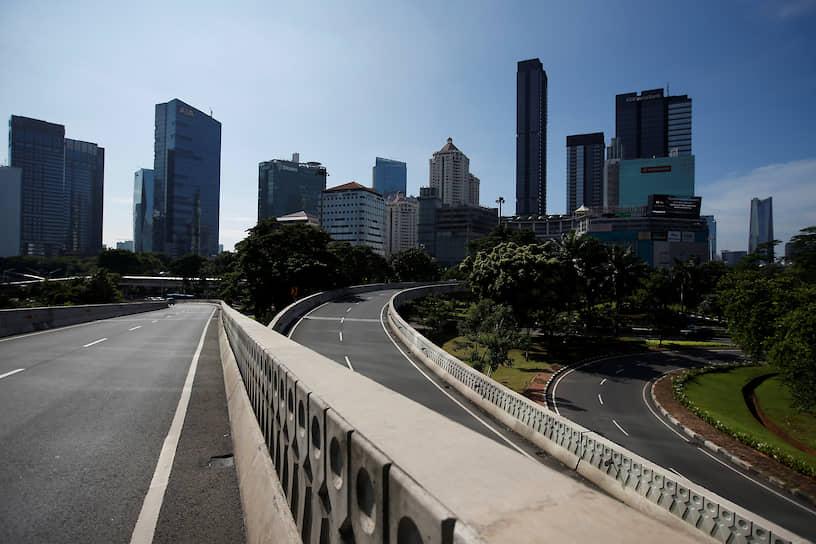 Власти индонезийской Джакарты, агломерацию которой населяют более 30 млн человек, для контроля режима изоляции установили более 30 блокпостов на границах городах