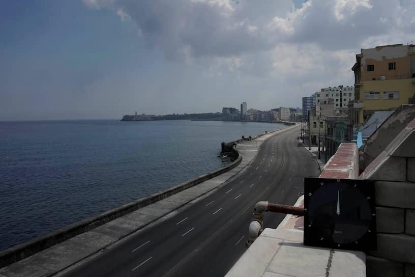Пустая трасса на набережной Малекон в столице Кубы Гаване в полдень