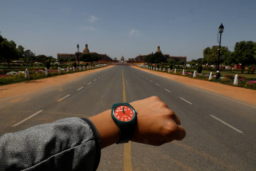 Полдень на пустой дороге в Нью-Дели. Режим полной изоляции, запрещающий гражданам покидать свои дома, действует в Индии с 25 марта