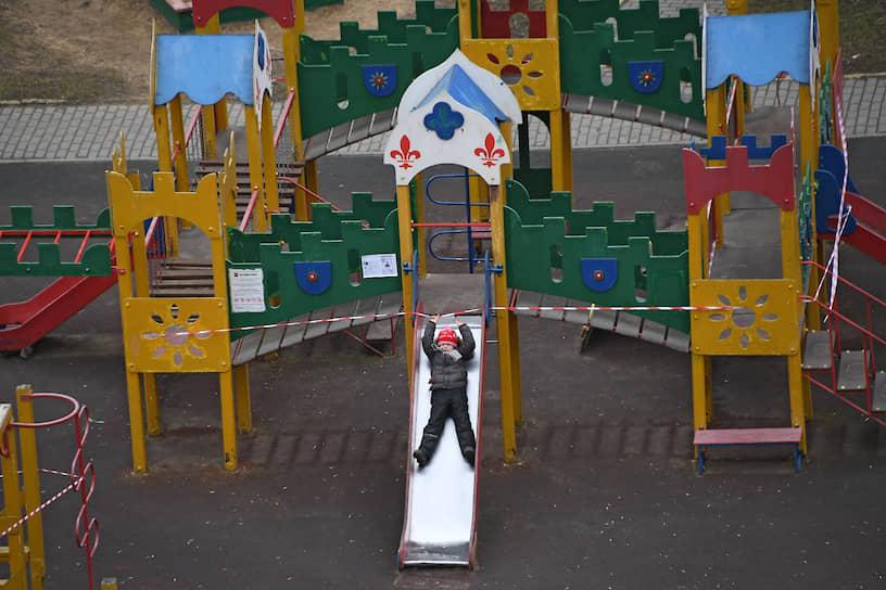 Москва. Ребенок на площадке, закрытой из-за распространения коронавируса