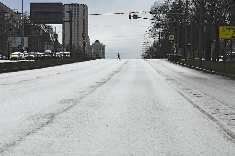 Москва. Пустая автомобильная дорога