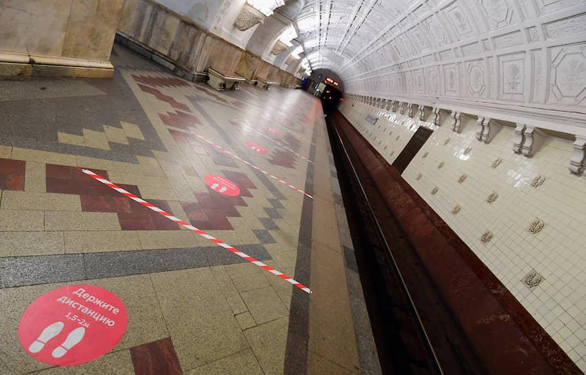 По данным департамента транспорта Москвы, пассажиропоток в московском метро снизился на 80% по сравнению с апрелем 2019 года. На станциях появилась разметка для соблюдения горожанами дистанции в полтора — два метра