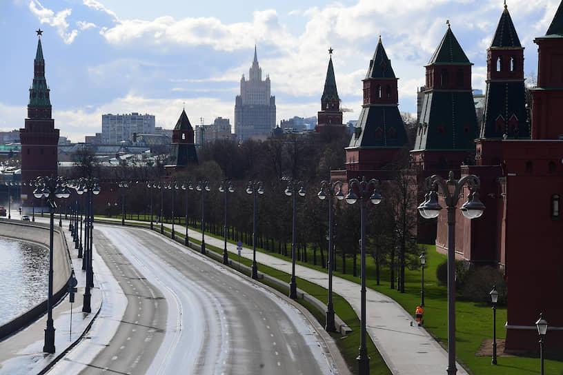 С начала апреля загруженность московских дорог не поднималась выше одного балла <br> На фото: Кремлевская набережная