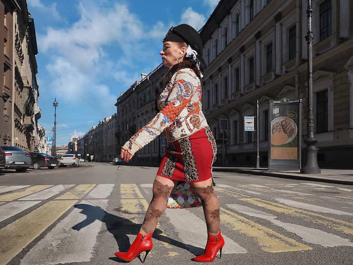 Санкт-Петербург. Женщина на пешеходном переходе
