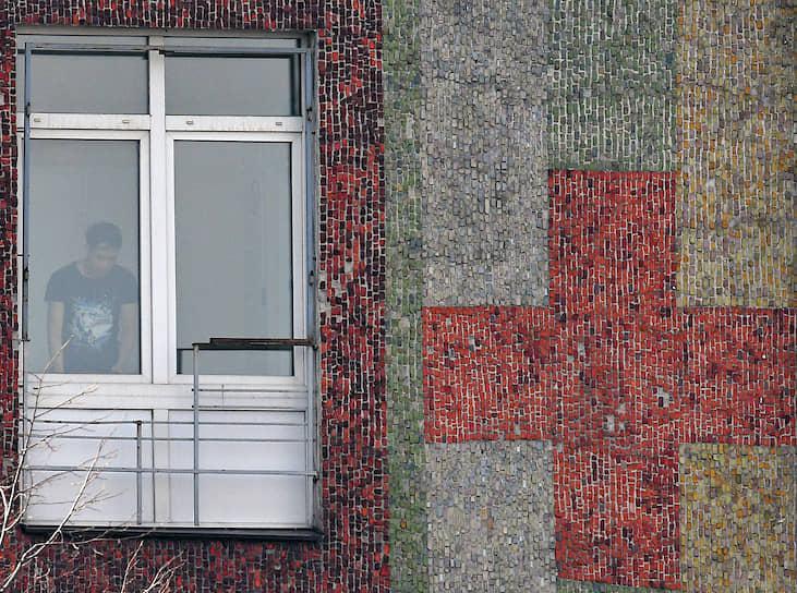 Москва. Человек за окном городской клинической больницы имени Демихова