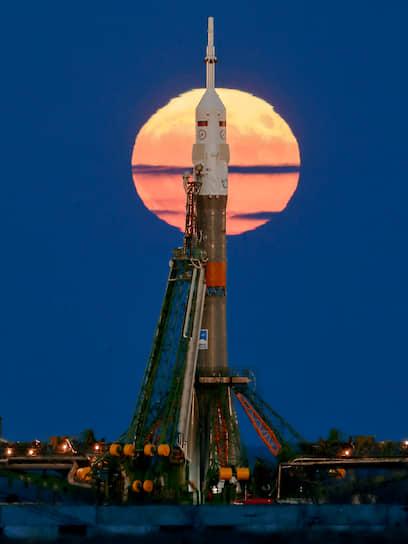 Готовящаяся к старту ракета-носитель «Союз-ФГ» с экипажем МКС на фоне суперлуния 14 ноября 2016 года