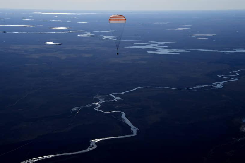 Спускаемая капсула корабля «Союз МС-02» с экипажем МКС Андреем Борисенко и Сергеем Рыжиковым из России и астронавтом NASA Робертом Шейном Кимброу приземляется в степи Казахстана