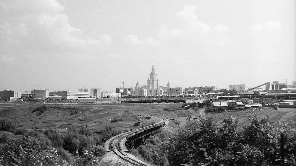 Вид на деревню Матвеевская и здание МГУ в 1966 году