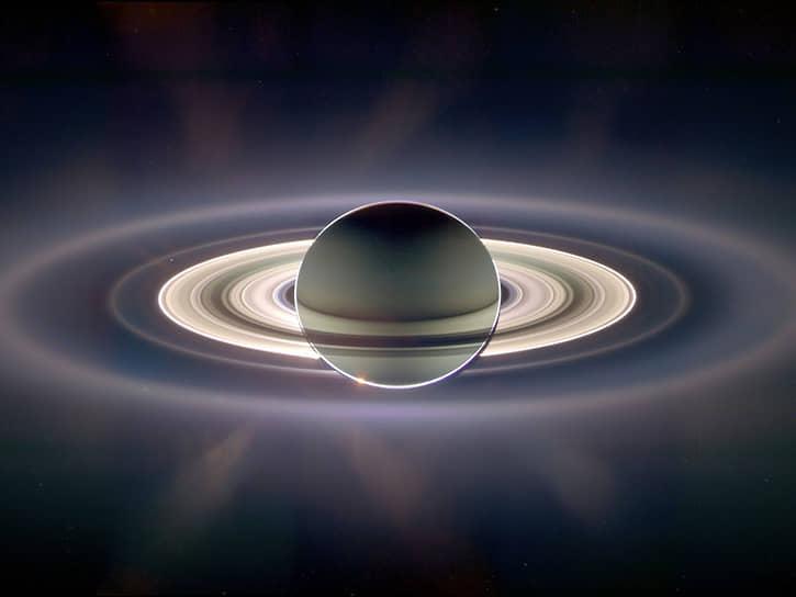 Фото Сатурна, подсвеченного Солнцем сзади, сделанное космическим аппаратом Cassini