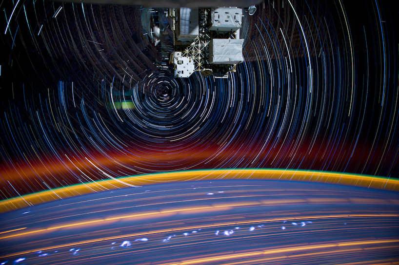 Композитное изображение следа МКС. Сделано из серии снимков с камеры, установленной на самой Международной космической станции. Космонавты изучают грозы в атмосфере Земли