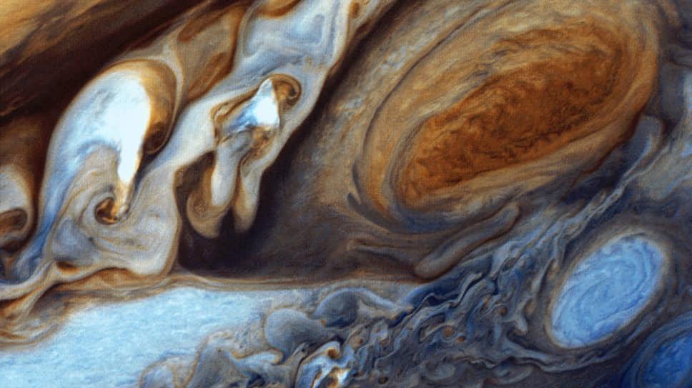 Большое красное пятно — самый сильный атмосферный вихрь в Солнечной системе. Постоянная зона высокого давления, создающая антициклонический шторм на планете Юпитер. Размер этого пятна равен примерно трем диаметрам Земли