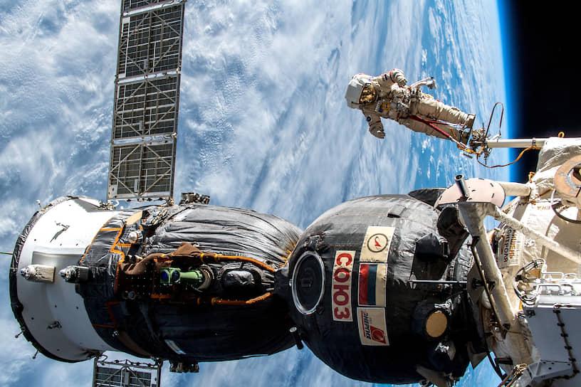 Техническое обслуживание российского корабля «Союз» после обнаружения просверленной дыры в его обшивке
