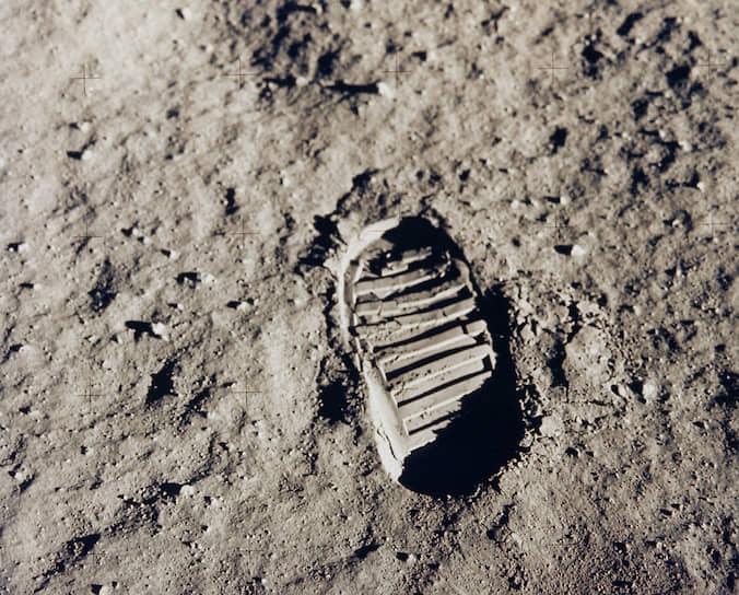 Отпечаток ботинка автонавта Базза Олдрина на поверхности Луны. В июле 1969 года американский космический корабль «Аполлон-11» совершил полет, в ходе которого люди впервые совершили посадку на поверхность спутника Земли
