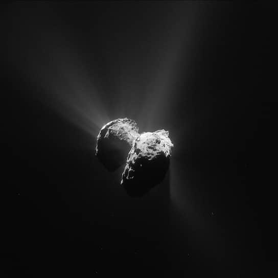 Комета Чурюмова/Герасименко, сфотографированная с расстояния 152 км. Европейское космическое агентство изучает этот объект с помощью автоматической межпланетной станции Rosetta и зонда, который впервые в истории сел на поверхность кометы