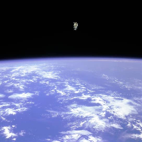 Астронавт NASA Брюс Маккэндлесс стал первым и единственным человеком, работавшим в открытом космосе в свободном полете, без страховки. В 1984 году он выполнил два выхода в открытый космос, во время которых проводил испытания индивидуальной двигательной установки.