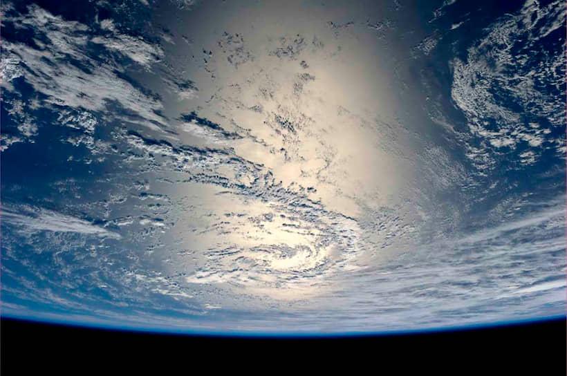 Вид на Землю с борта МКС. Скорость станции составляет около 28000 км/час, что дает возможность встречать на борту 16 рассветов и закатов за земные сутки