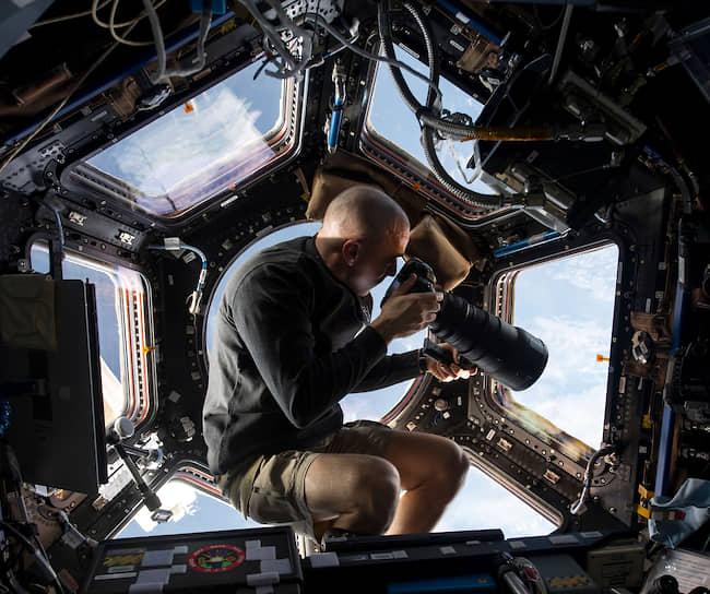 Астронавт NASA Крис Кэссиди фотографирует Землю с борта МКС