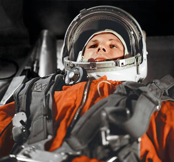 Первый космонавт Юрий Гагарин в кабине космического корабля «Восток» перед полетом в космос 12 апреля 1961 года