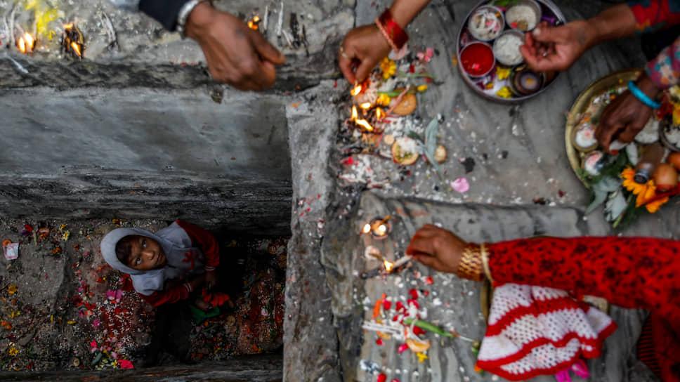 Бхактапур, Непал. Люди молятся во время религиозного фестиваля Биска, совпадающего с наступлением непальского Нового года