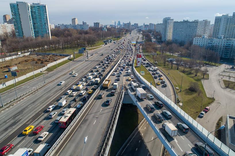 Пробки на Можайском шоссе из-за тотальной проверки пропусков на въезде в Москву