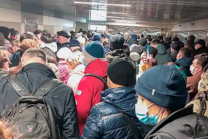 Очередь пассажиров в вестибюле станции метро «Царицыно»