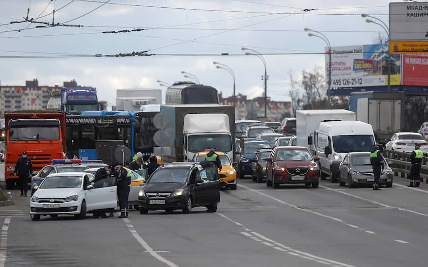 Проверка пропусков у водителей на въезде в Москву