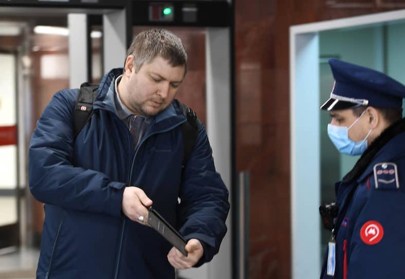 Проверка пропуска у пассажира метро
