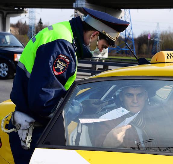 Сотрудники ДПС проверяют у водителей пропуска на Ленинградском шоссе