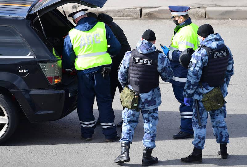 Сотрудники ДПС и Росгвардии во время проверки пропусков у водителей