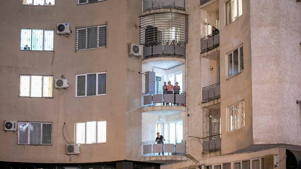 Жители Грузии на балконах квартир