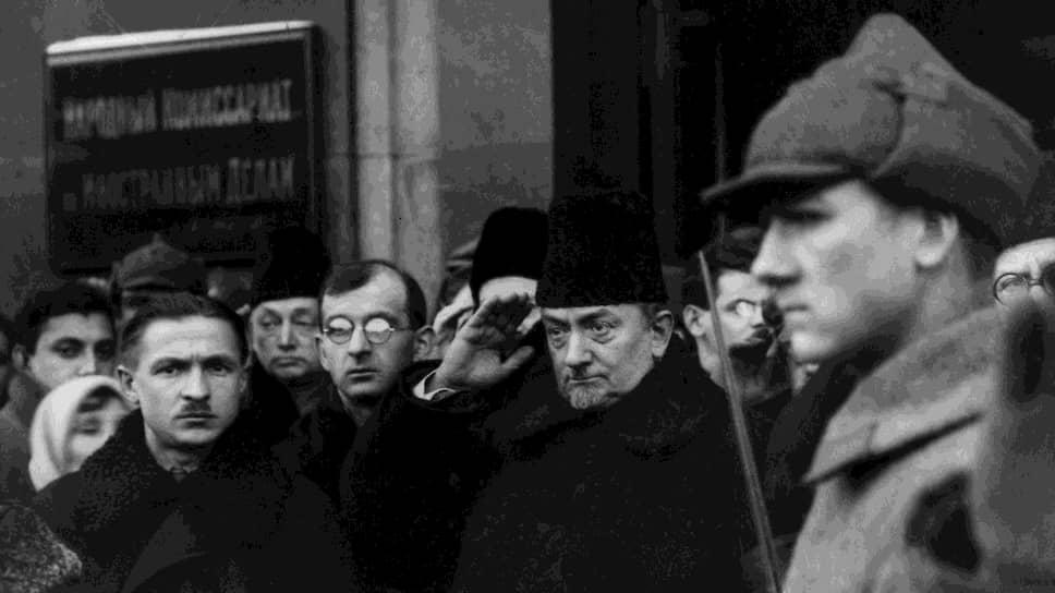 Нарком по иностранным делам Георгий Чичерин (на фото — в центре) постоянно призывал горячих сторонников мировой революции к осторожности