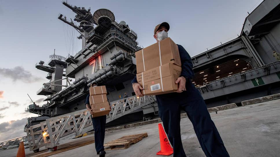 Доставка еды на борт авианосца Theodore Roosevelt  для больных коронавирусом членов экипажа