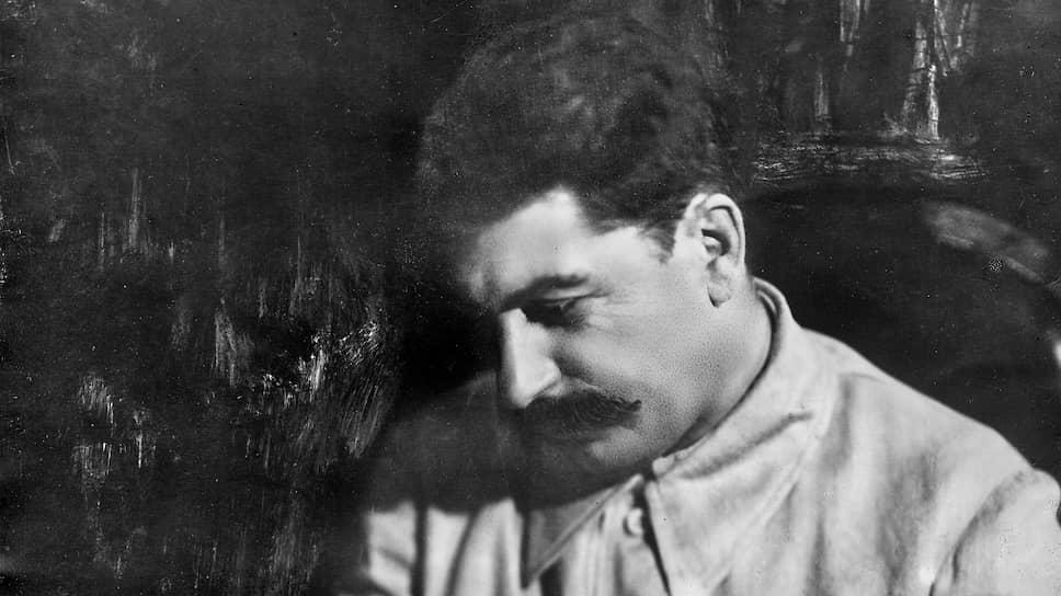 Ленин делал торжественные и громкие заявления о миролюбии советского правительства, одновременно поручая Сталину (на фото) тайно делать все наоборот