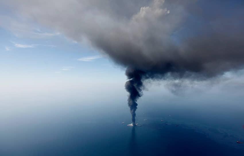 Бюро по использованию океанских ресурсов, регулированию и контролю в результате расследования установило, что ответственность за случившееся лежит как на арендаторе вышки BP, так и на ее партнерах и подрядчиках Transocean и Halliburton