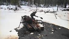 """В августе 1994 года около города Усинска (Коми) в результате аварии на трубопроводе компании """"Коминефть"""" произошел крупный разлив нефти. По данным Минприроды, разлилось 14 тыс. тонн нефти, по независимым подсчетам — до 270 тыс. тонн. Району присвоили статус зоны экологического бедствия, который сняли только в 2004 году. Сразу после аварии МЧС оценило ущерб в $29,7 млн, но уже в 1995 году Всемирный банк и ММБР предоставили кредит для ликвидации последствий аварии на $125 млн. В 2000-2005 годах ЛУКОЙЛ, к которому в 1999 году перешла """"Коминефть"""", потратил на экологическую реабилитацию района катастрофы 4,6 млрд руб."""