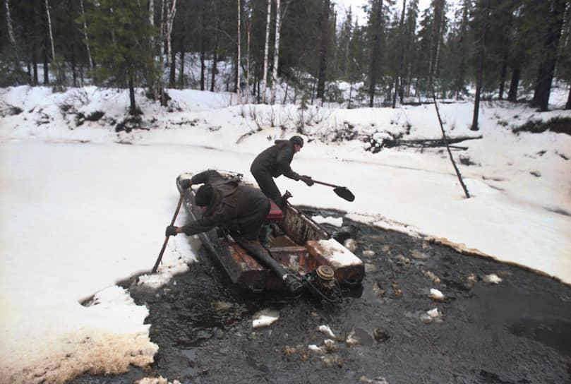 В августе 1994 года около города Усинска (Коми) в результате аварии на трубопроводе компании «Коминефть» произошел крупный разлив нефти. По данным Минприроды, разлилось 14 тыс. тонн нефти, по независимым подсчетам — до 270 тыс. тонн. Району присвоили статус зоны экологического бедствия, который сняли только в 2004 году. Сразу после аварии МЧС оценило ущерб в $29,7 млн, но уже в 1995 году Всемирный банк и ММБР предоставили кредит для ликвидации последствий аварии на $125 млн. В 2000-2005 годах ЛУКОЙЛ, к которому в 1999 году перешла «Коминефть», потратил на экологическую реабилитацию района катастрофы 4,6 млрд руб.