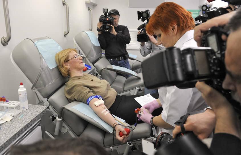 <b>Вероника Скворцова, руководитель Федерального медико-биологического агентства, экс-министр здравоохранения России</b><br> «Я сдаю кровь регулярно. Это очень полезная процедура, которая позволяет ускорить кровообразование и способствует обновлению и омоложению организма»