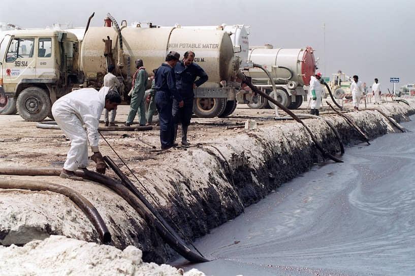 Также были подожжены 700 нефтяных скважин, в пустыне образовалось 300 нефтяных озер. Общий ущерб Кувейту оценивался в $170 млрд
