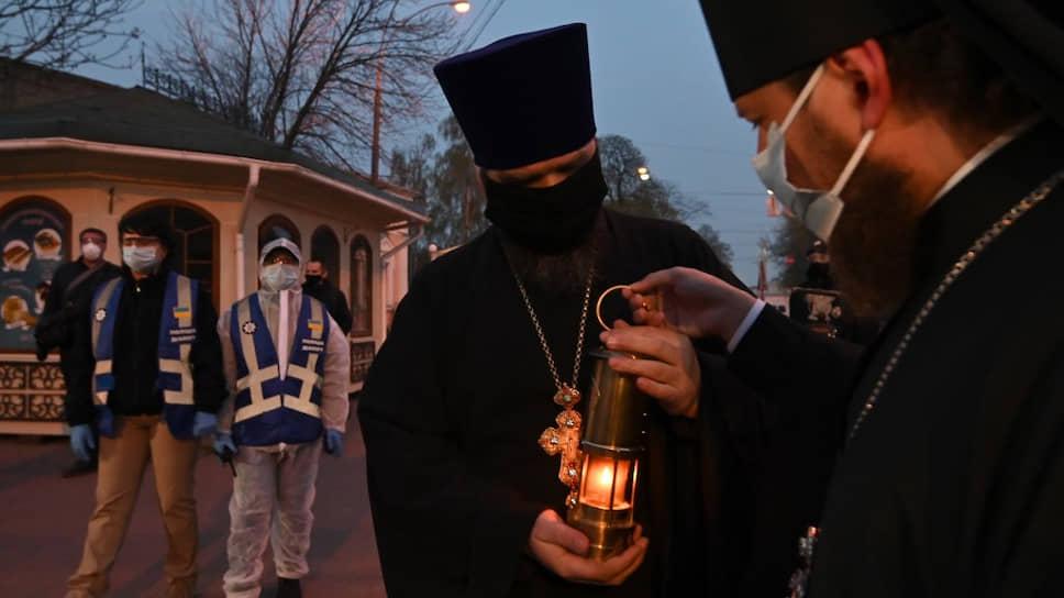 Священники Украинской православной церкви во время праздничной службы