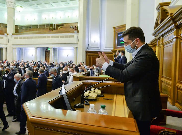 31 марта 2020 года. Владимир Зеленский во время внеочередной сессии парламента в Киеве, на которой был принят закон, разрешающий продажу сельхозземель на Украине