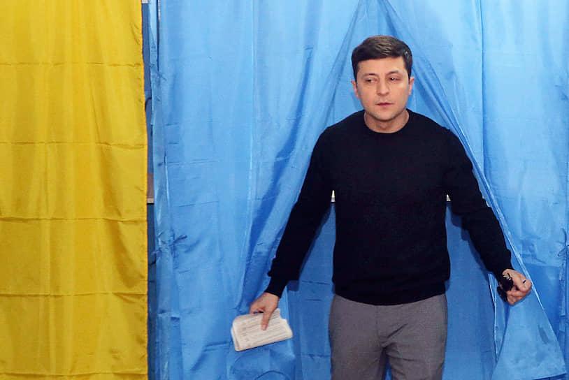31 марта 2019 года. Владимир Зеленский на избирательном участке. По итогам первого тура президентских выборов он набрал наибольшее число голосов (30,24 %)