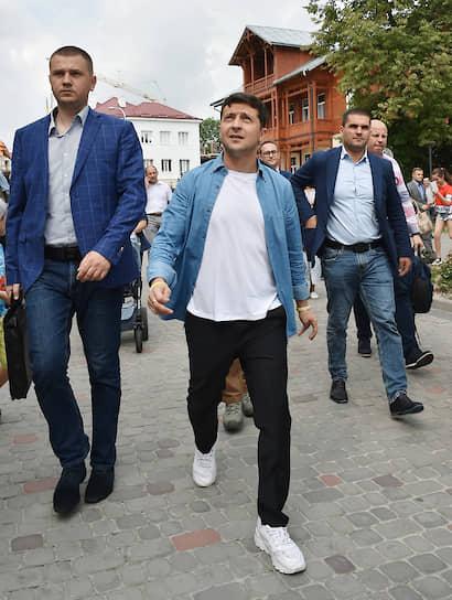 3 августа 2019 года. Владимир Зеленский (в центре) во время рабочей поездки во Львовскую область